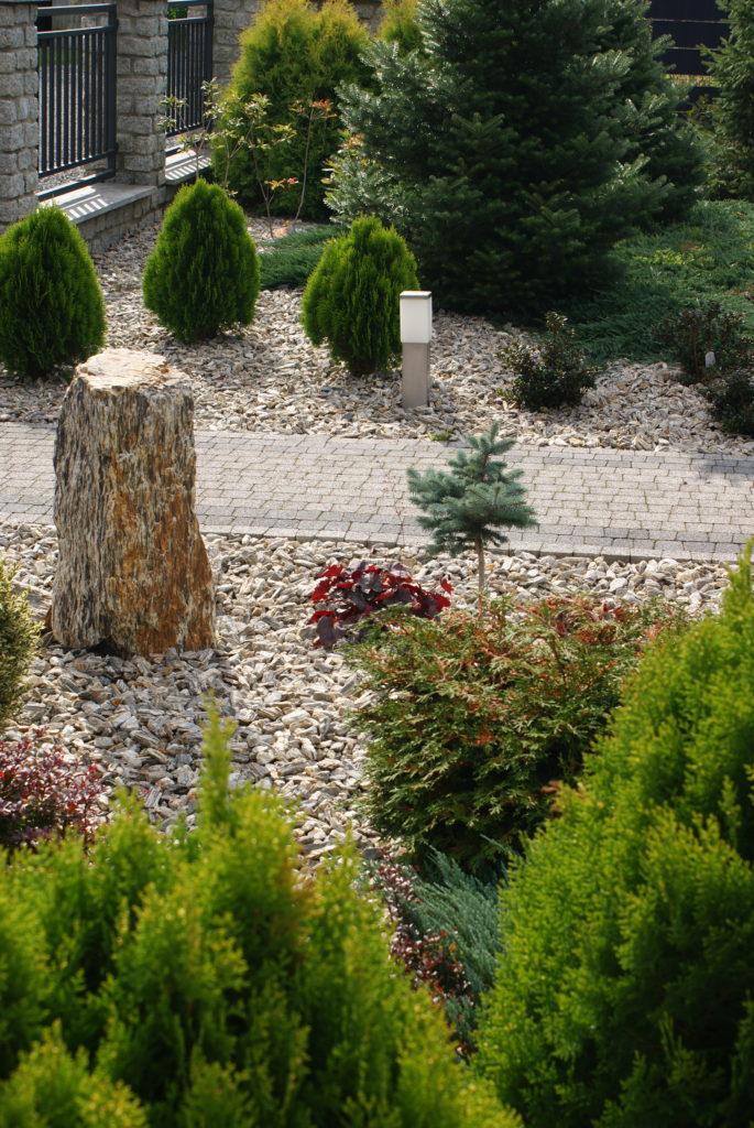 Piękny ogród z naturalnej kory kamiennej