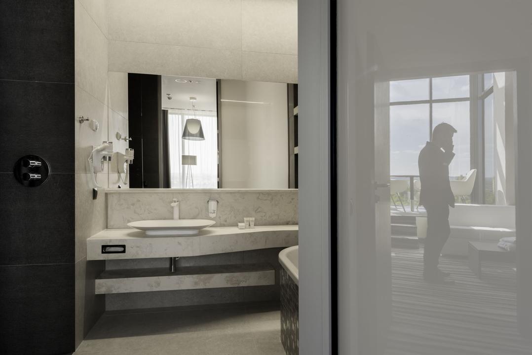 Architektura wnętrz łazienki. Okładziny z trawertynu