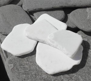 Płytki otoczane białe, kamień ogorodwy