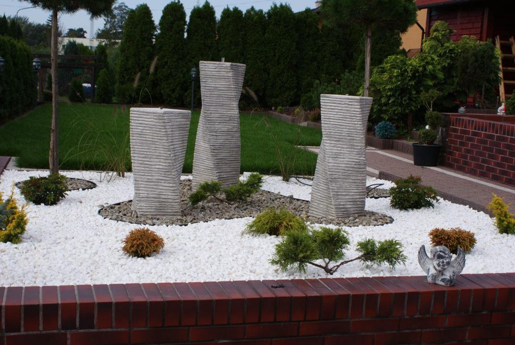 Naturalny kamienny ogród wraz z korą i białym grysem Thassos