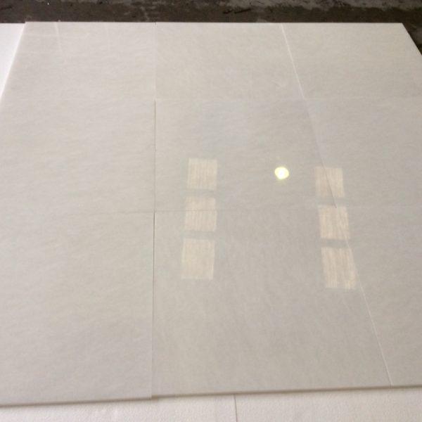 białe płytki marmurowe