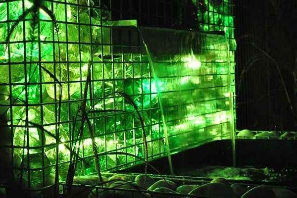 Podświetlenie w ogrodzeniu gabionowym z kamienia