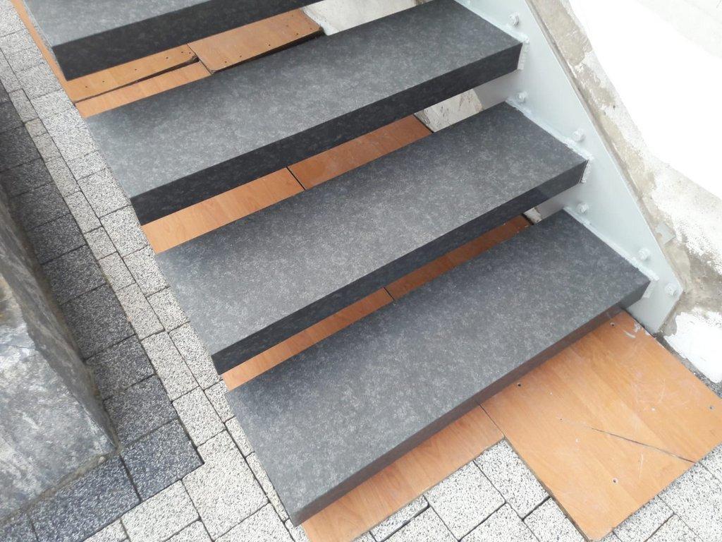 Półkowe schody granitowe na zewnątrz