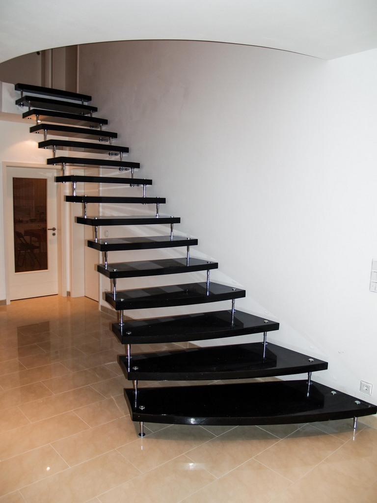 Czarne schody granitowe