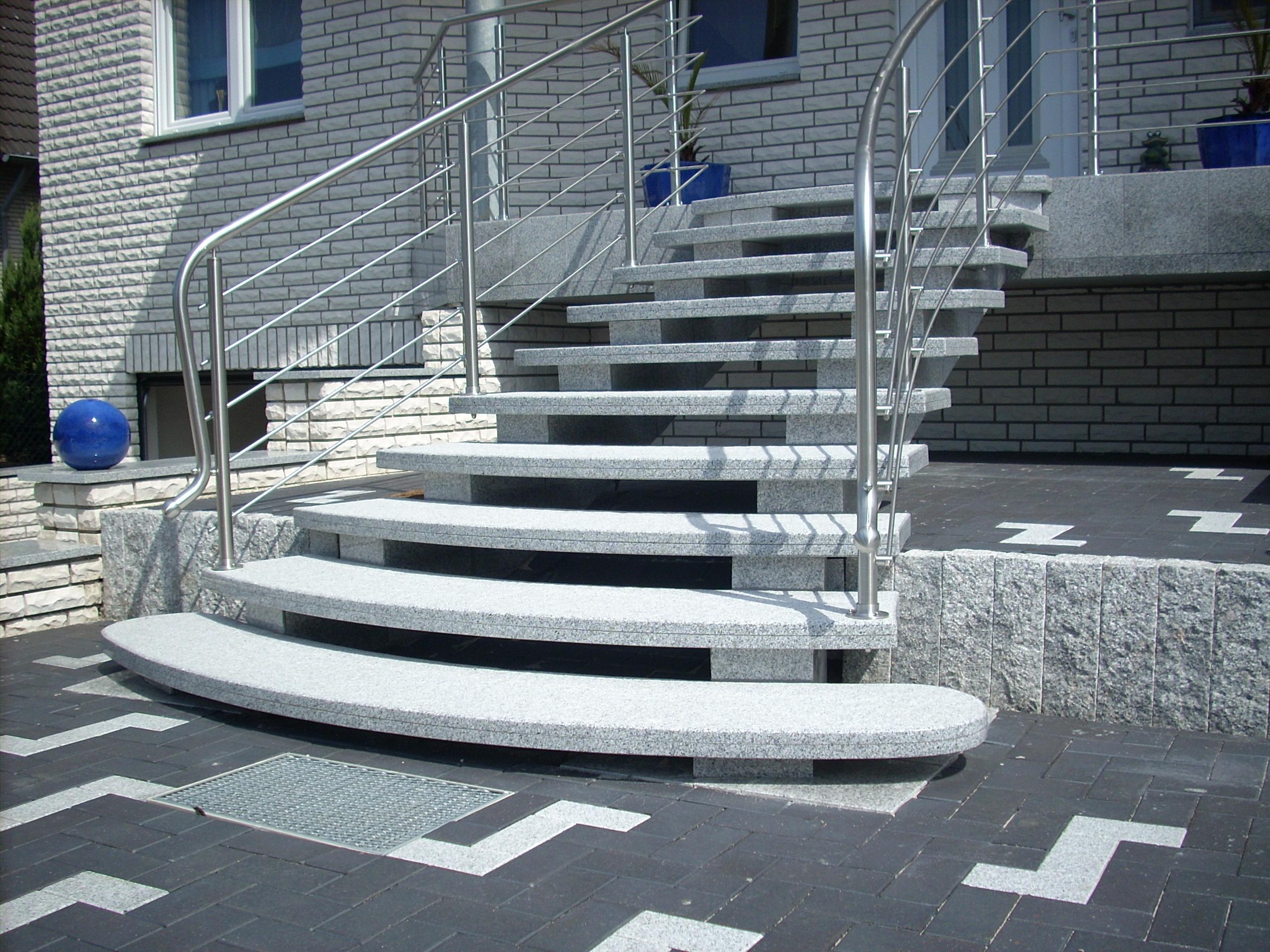 Jasne schody granitowe na zewnątrz